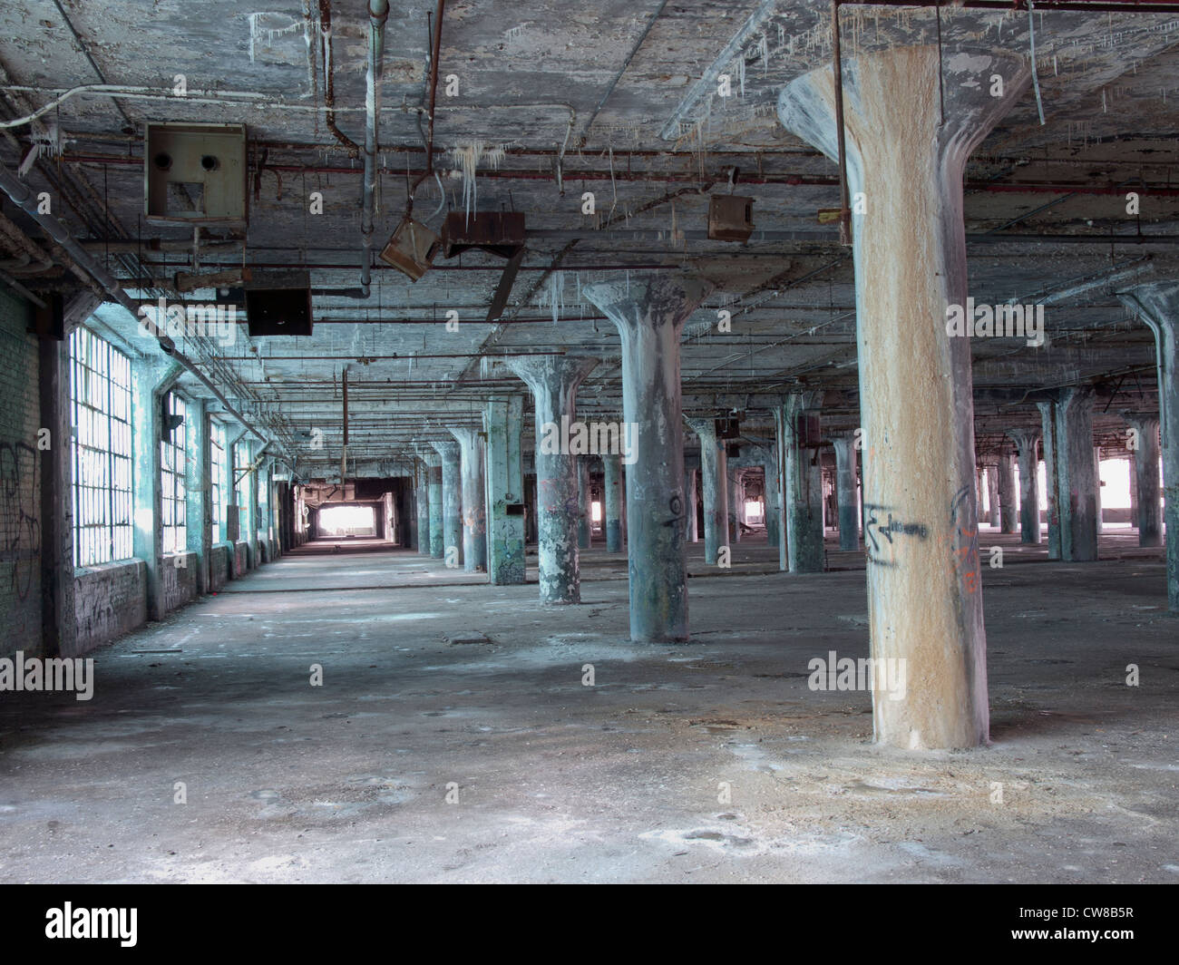 Fenster innenraum  Innenraum einer verlassenen Fabrik in Detroit Michigan. Die ...
