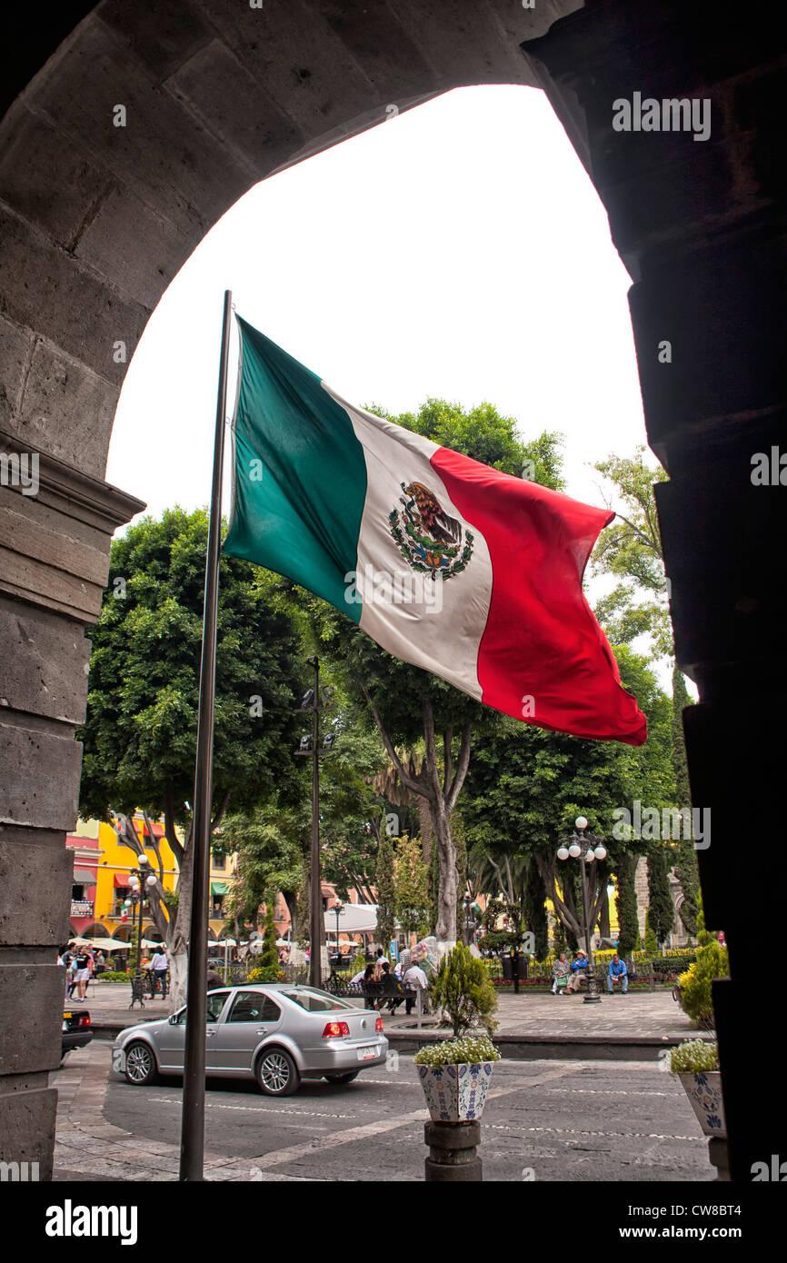 Mexikanische Flagge in der Nähe von Zócalo im Zentrum von Puebla, Mexiko Stockbild