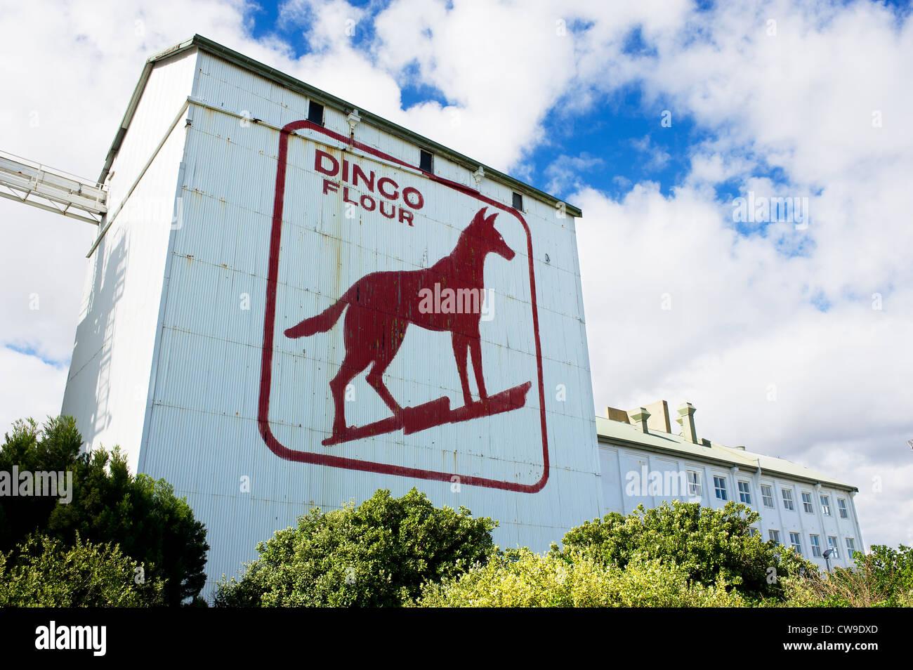 Der Dingo Mehl melden Sie auf der Seite der großen südlichen Roller Flour Mills im Nordwesten Australiens Stockbild