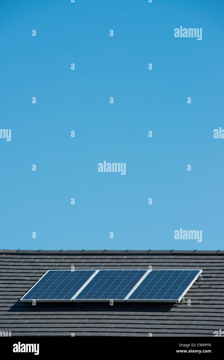 Sonnenkollektoren auf einem Hausdach. Stockbild