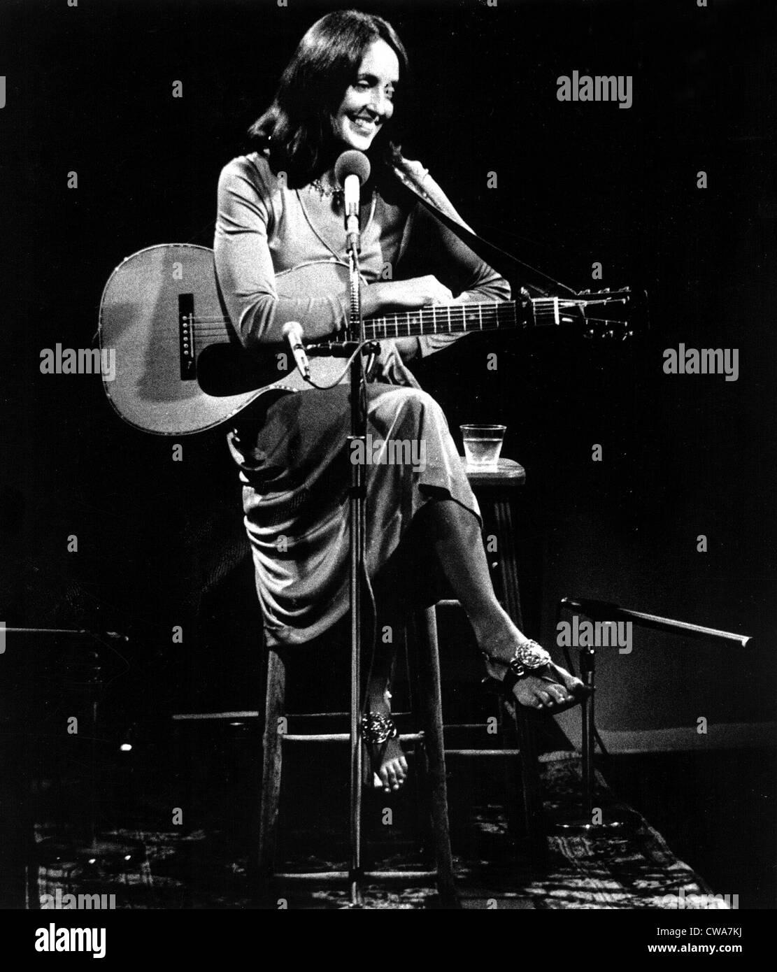 Joan Baez entspannt zwischen den Songs während ihres Konzerts besondere öffentlich-rechtliche Fernsehen Stockbild