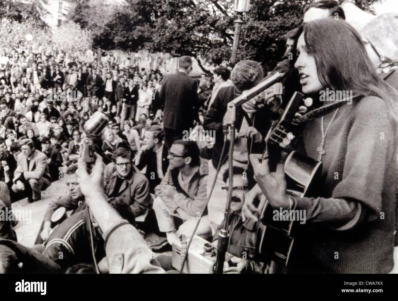 02.12.64 BERKELEY, Calif.: Folk-Sängerin Joan Baez spielt Gitarre und singt Freiheitslieder bei einem Sitzstreik Stockbild