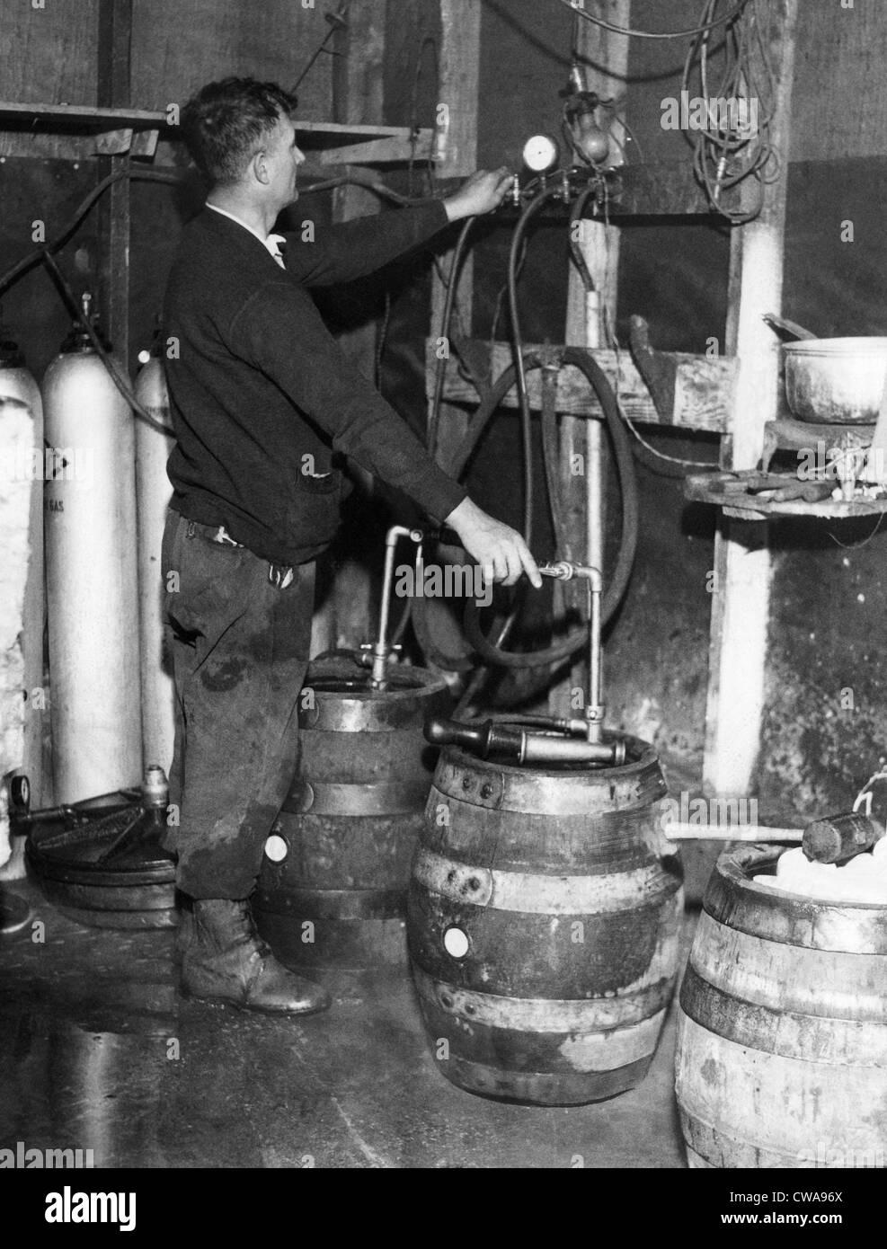 """Ein """"Brewmeister"""" füllt Fässer in einem Bootleg Brauerei während der Prohibition, 1933. Stockbild"""