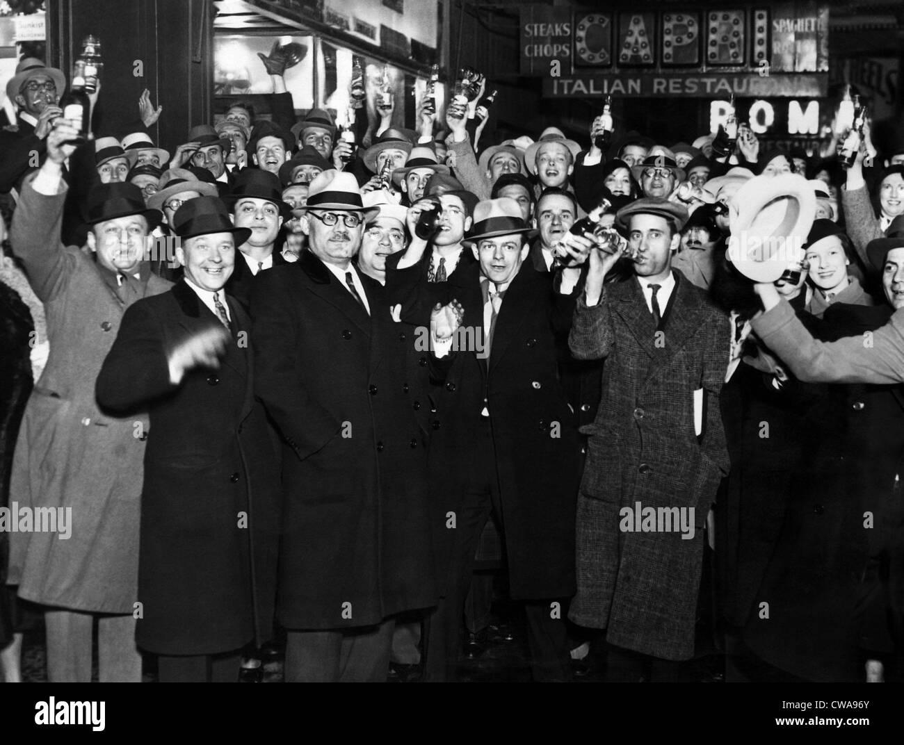 Die Menschen in Chicago trinken Bier vor dem Rathaus nach der Aufhebung des Verbots, April 1933. Höflichkeit: Stockbild