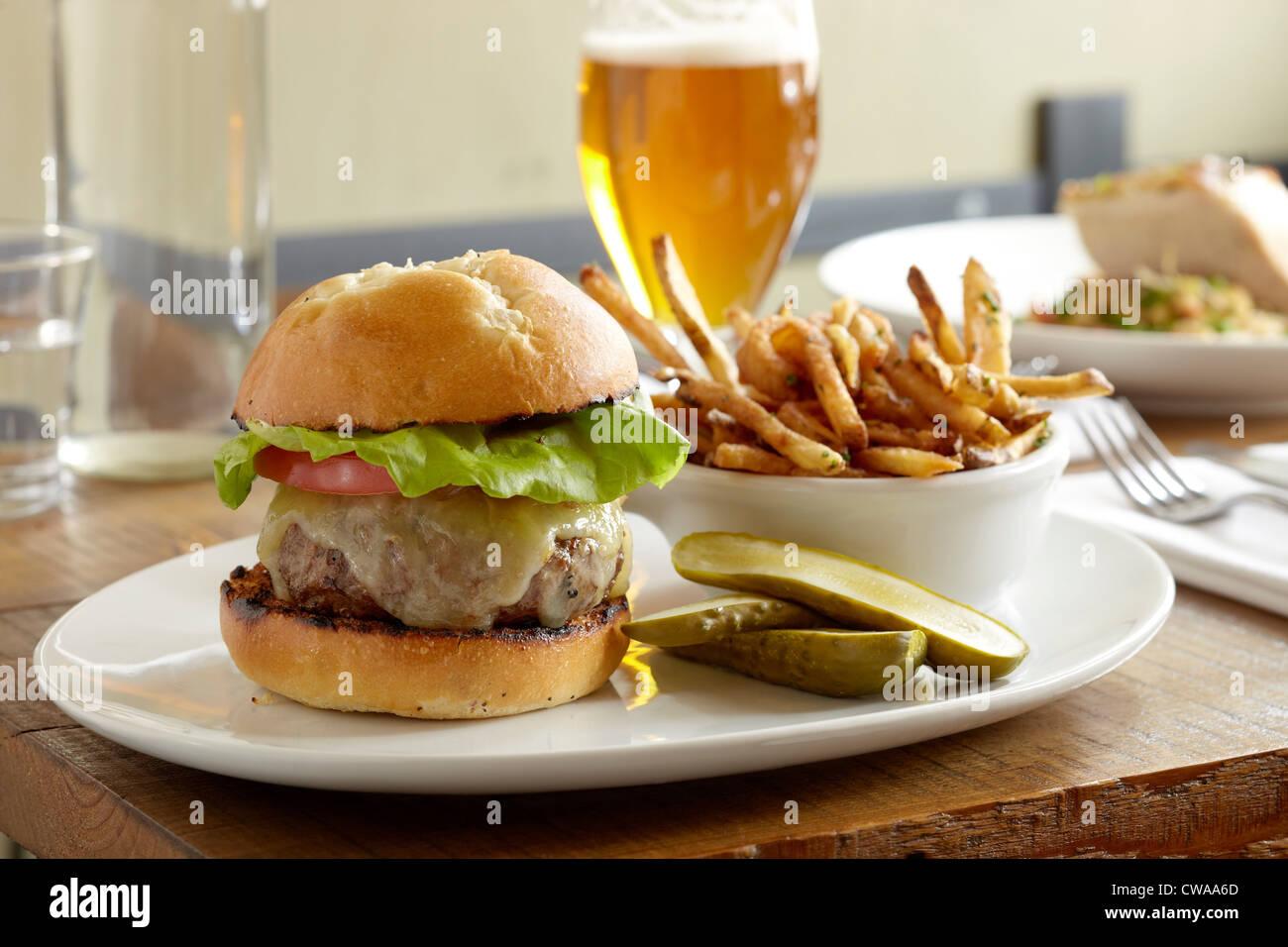Burger und Pommes frites Stockfoto