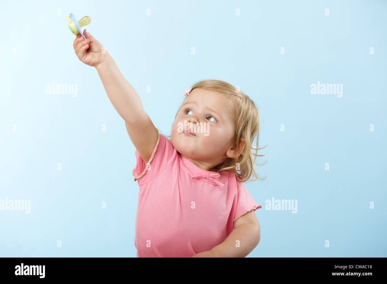 Mädchen halten Schnuller Stockbild