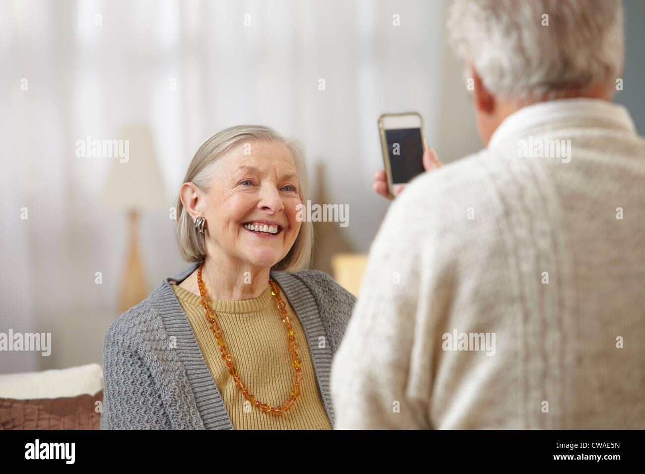 Ältere Mann mit Kamera-Handy Stockfoto