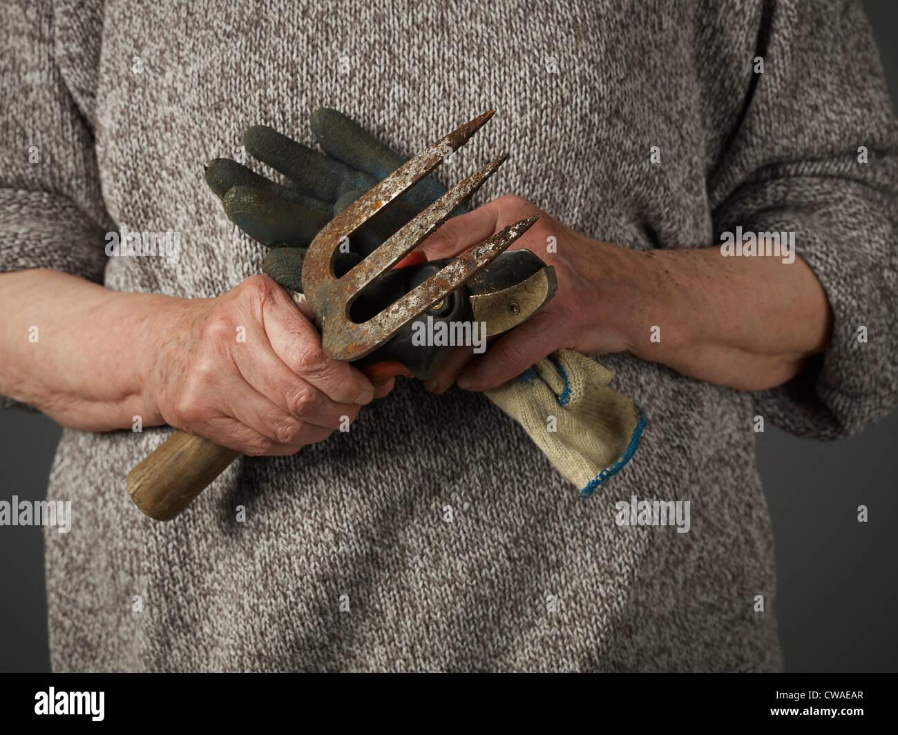 Frau mit Gartenarbeit Handschuh und Kelle Stockfoto