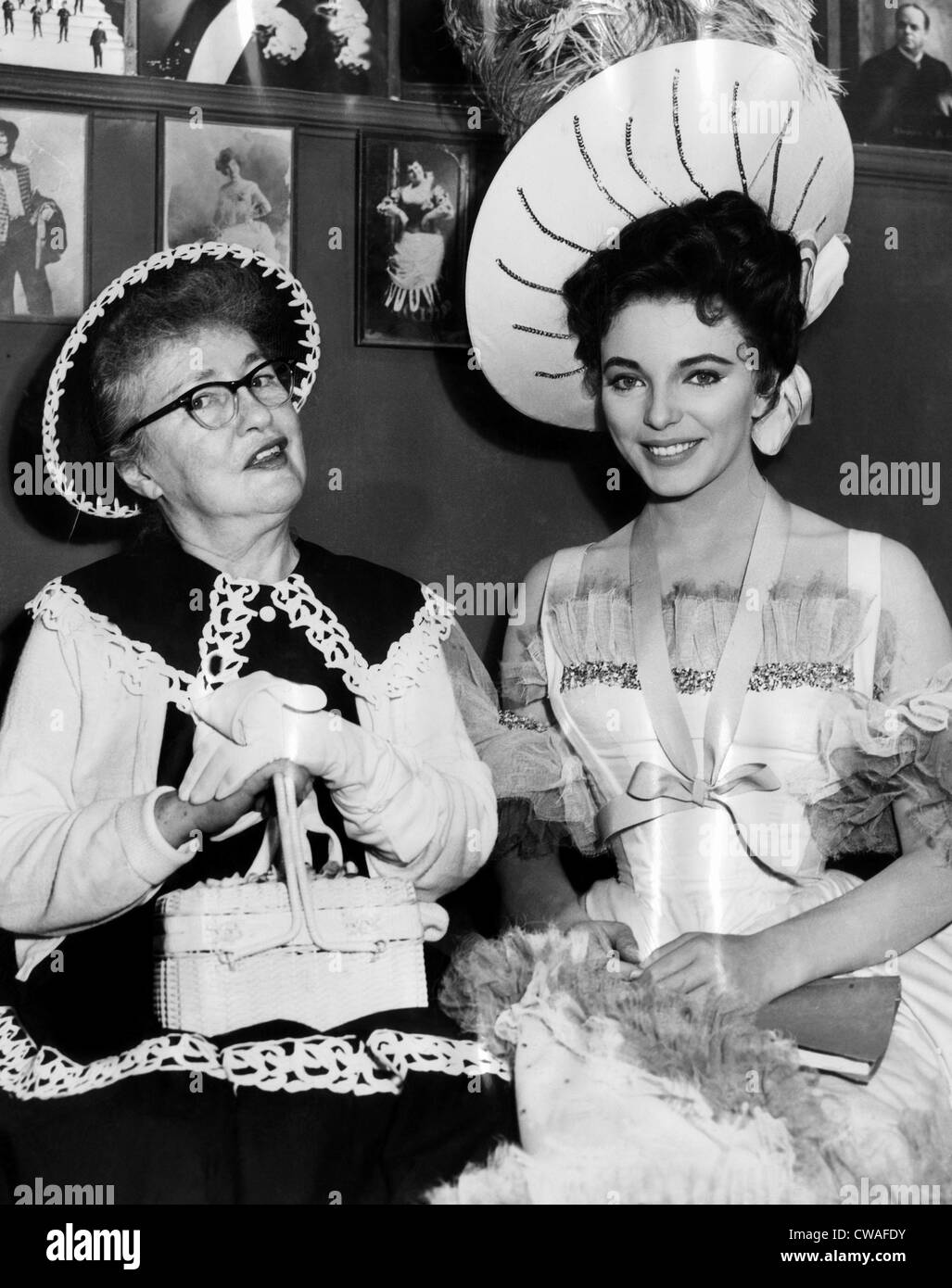 "Evelyn Nesbit (links), dem Filmset zu besuchen, wo Joan Collins (rechts) sie in dem Film porträtiert ist ""The Stockbild"