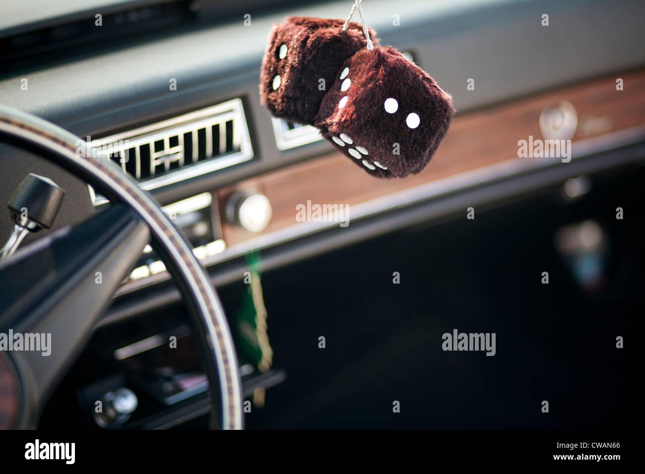 Pelzigen Würfel hängen im Auto Stockbild