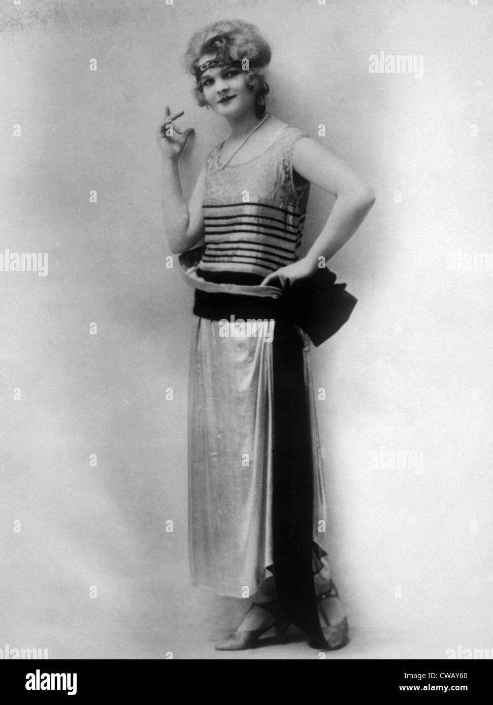Abendkleid aus silbrig Paris wolle mit schwarzem Samt-Gürtel, ca. 1923. Foto: Courtesy Everett Collection Stockbild