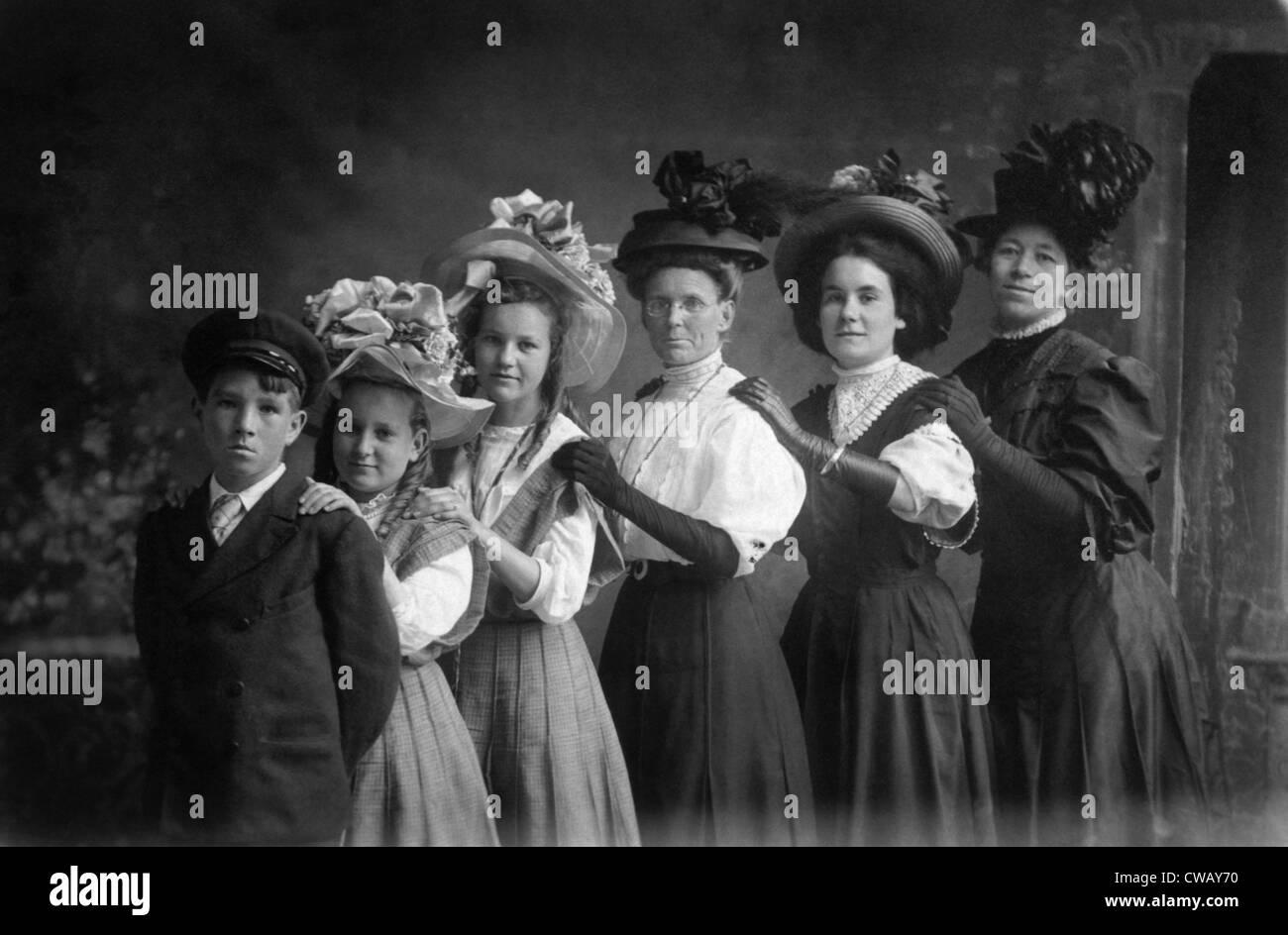 Drei Frauen und drei Kinder tragen Hüte, um 1900. Foto: Courtesy Everett Collection Stockbild