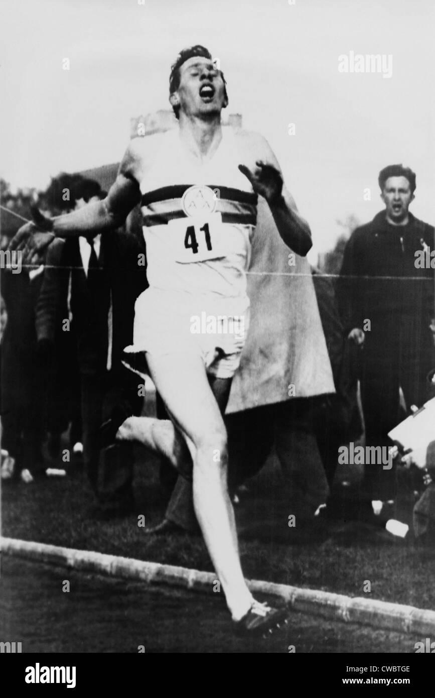 Roger Bannister die Ziellinie in drei Minuten und 59,4 Sekunden erreichen die Vierminute Meile, Oxford, England Stockfoto