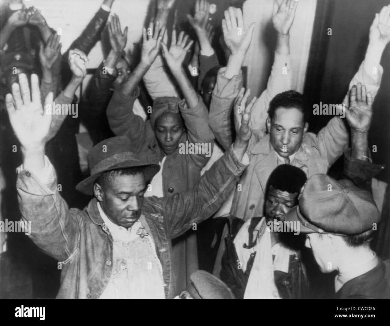 Staatliche Autobahn Wilderer suchen Gruppe Neger während Ausschreitungen am 26. Februar 1946 verhaftet. Der Stockbild