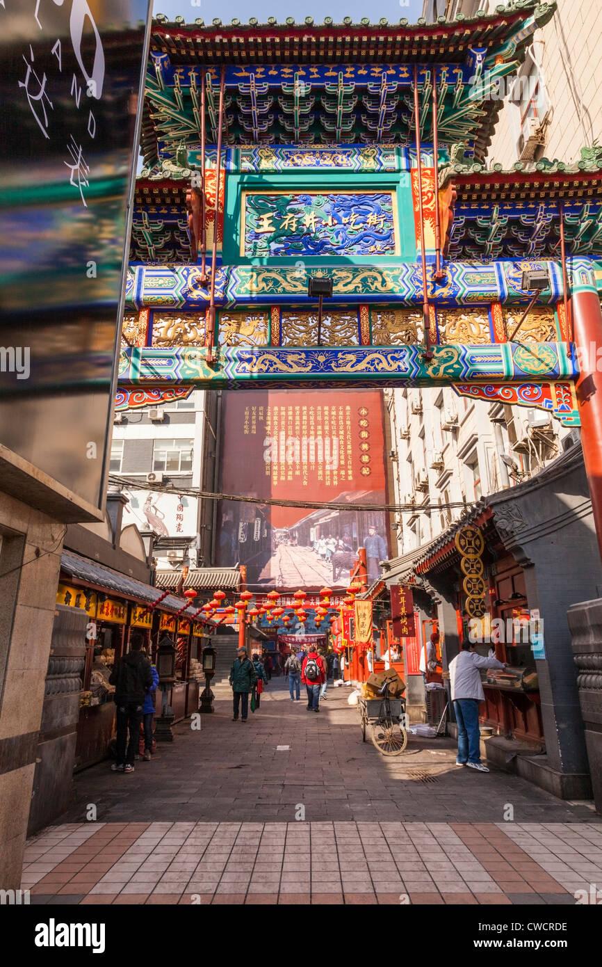 Marktstände und Geschäfte in einer Seitenstraße an der Wangfujing Street im Zentrum von Peking, China. Stockbild