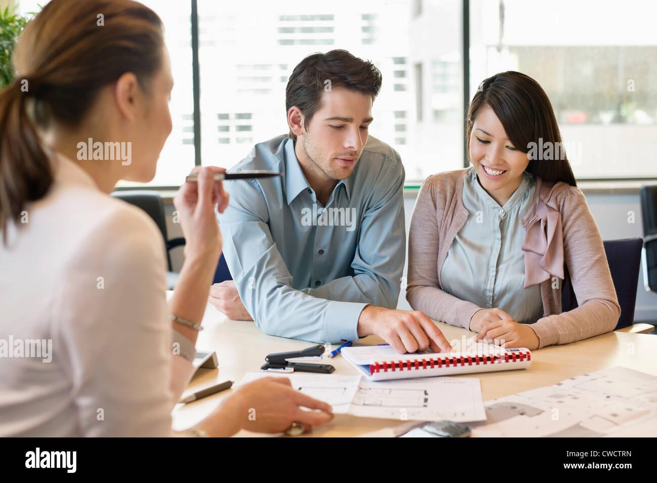Real Estate Agent Objektunterlagen für seine Kunden diskutieren Stockbild