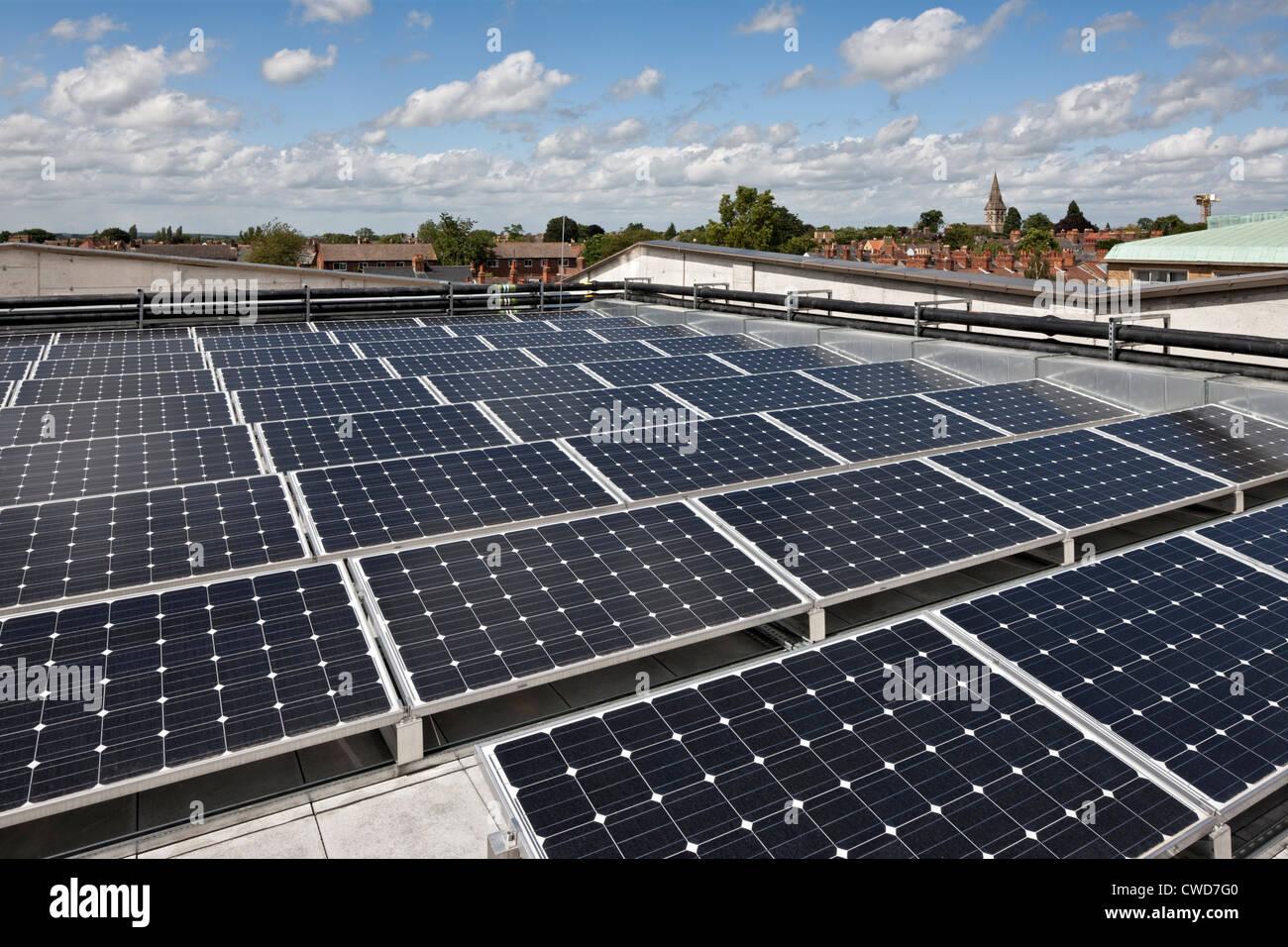 Sonnenkollektoren auf dem Dach des Gesundheitszentrums Jericho im neuen Radcliffe House in Oxford. Stockbild