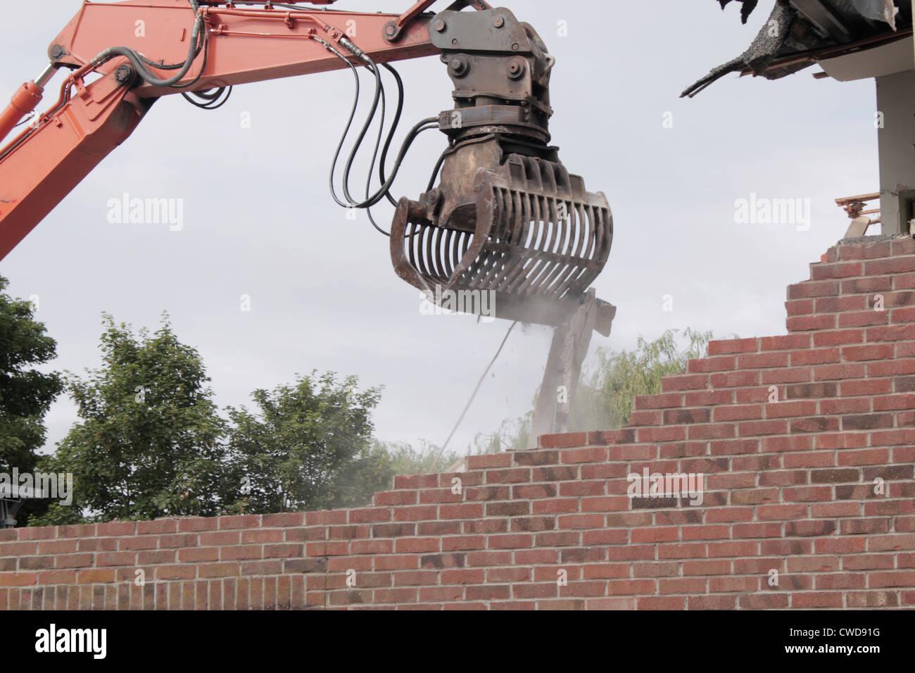 Mechanische Greifer Abriss der altes Gebäude Stockbild