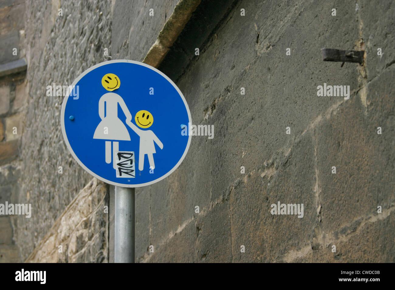 Verkehrszeichen, Smiley, Aufkleber Stockbild