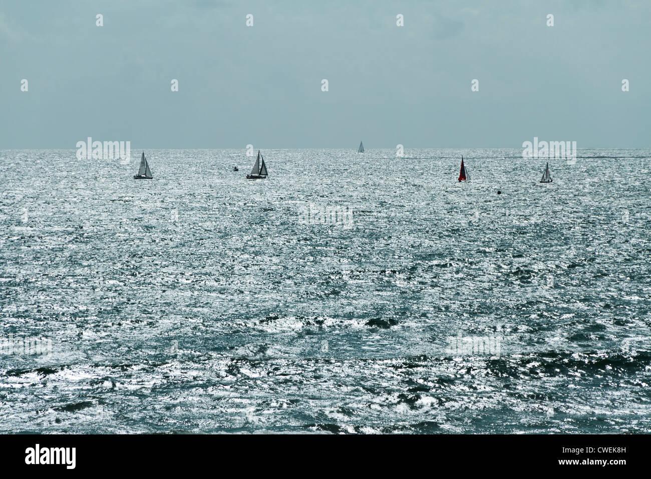 Segelboote am Meer, Les Sables-d ' Olonne, Vendee, Pays De La Loire, Frankreich, Europa. Stockbild