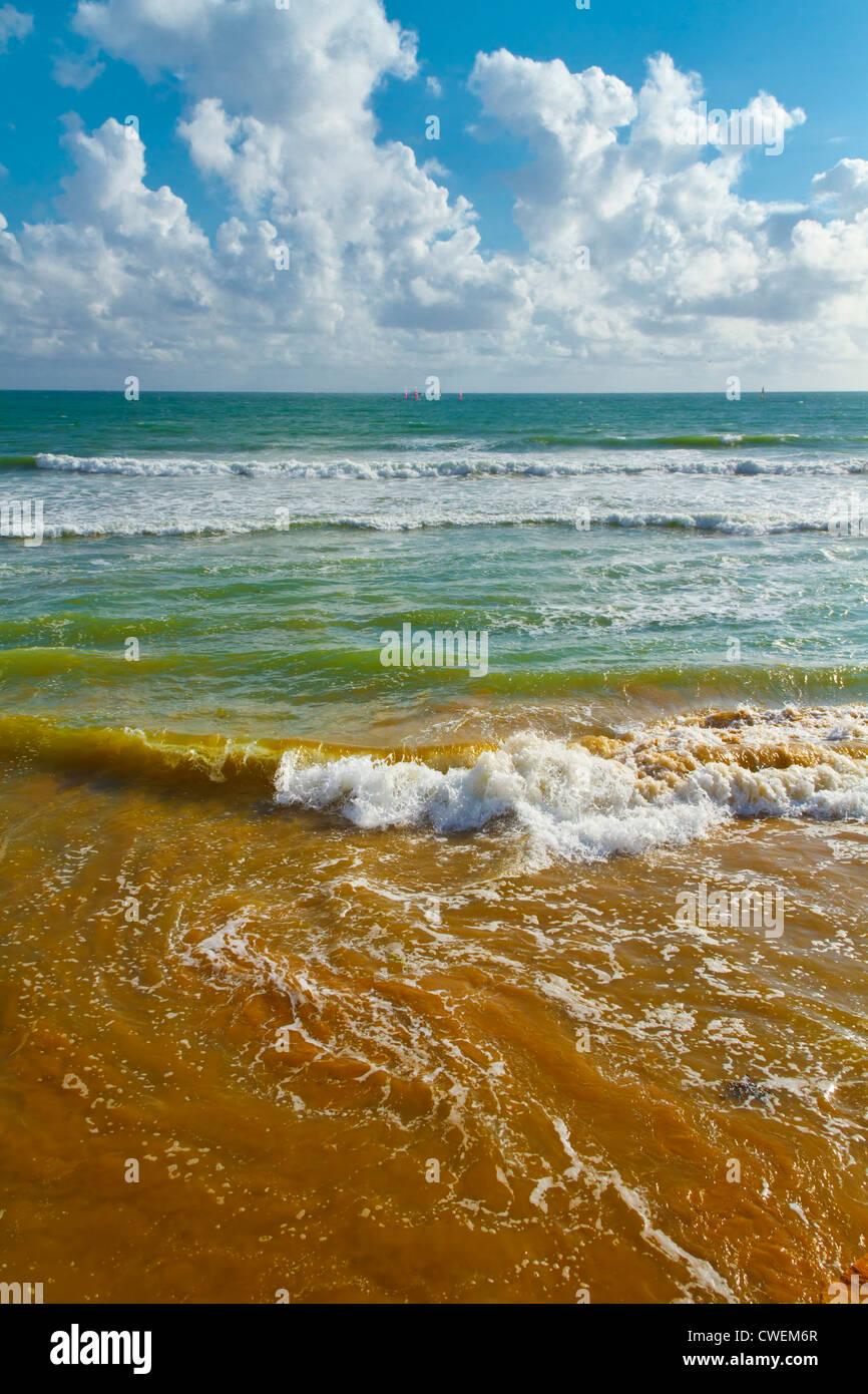 Wellen am Strand, Frankreich. Stockbild
