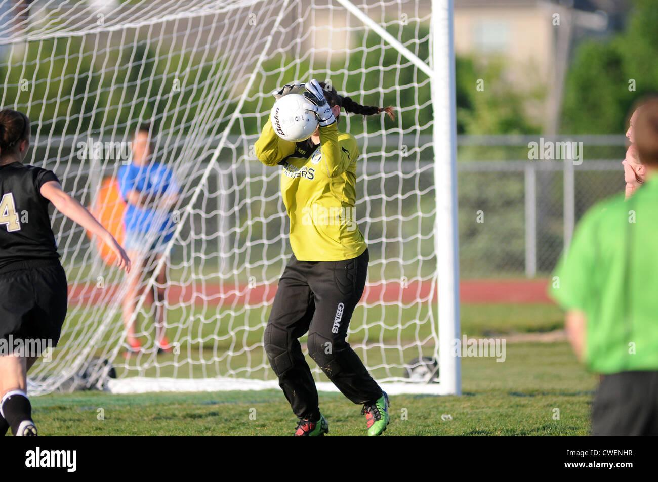 Fußball Torwart blockt während eines Highschool-Spiels. Stockbild