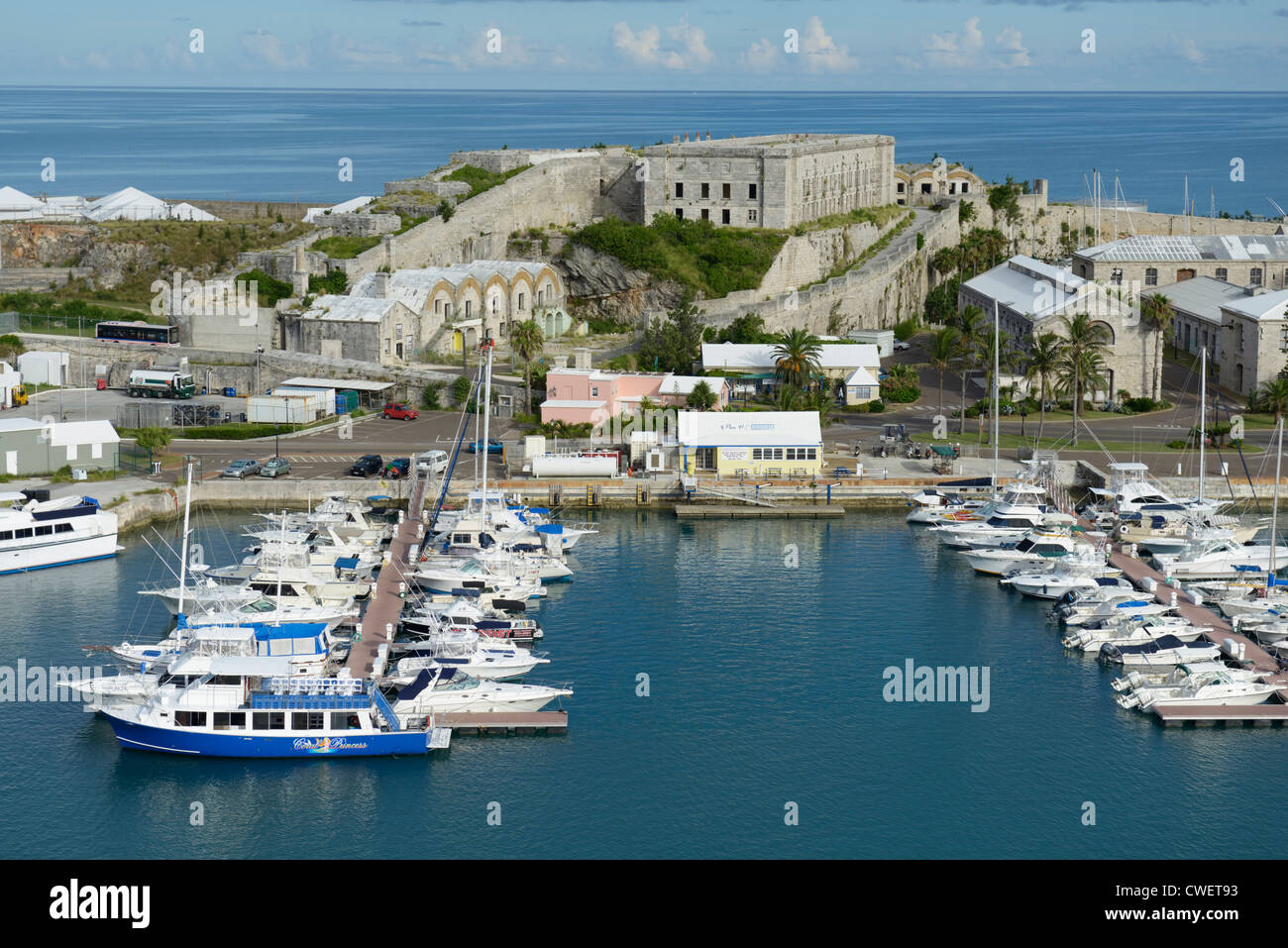 Königliche Marinewerft Marina, Bermuda, Ansicht von einem Kreuzfahrtschiff angedockt am Kings Wharf Stockbild