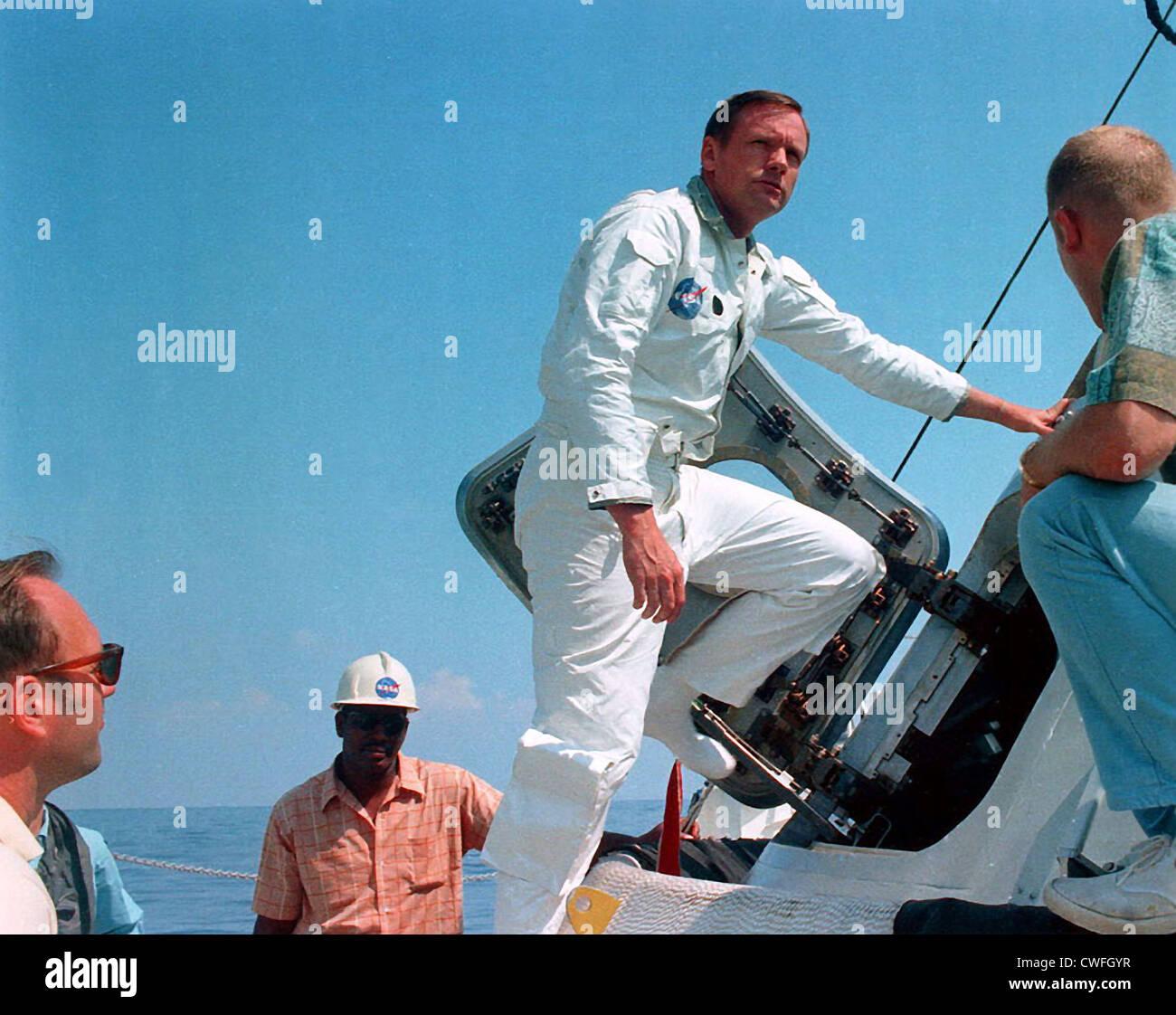 NASA Astronaut Neil Armstrong auf dem Deck der NASA Motor Schiff Retriever vor der Teilnahme an Egress Wassertraining im Golf von Mexiko 24. Mai 1969. Stockfoto