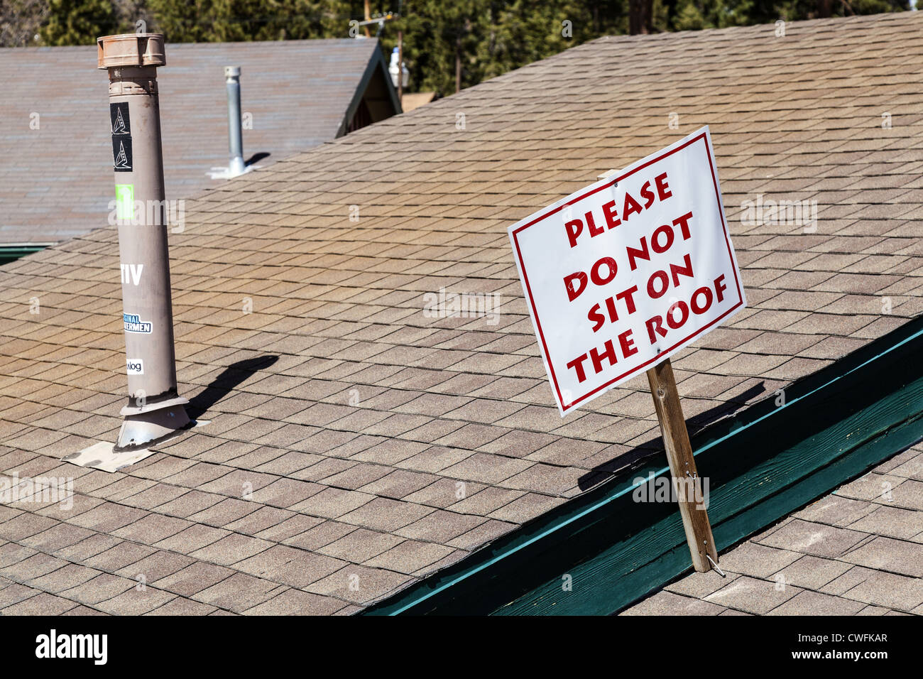 """""""Sitzen nicht auf Dach"""" Schild am Gebäude am unteren Rand der Ski Pisten am Big Bear Mountain in Stockbild"""