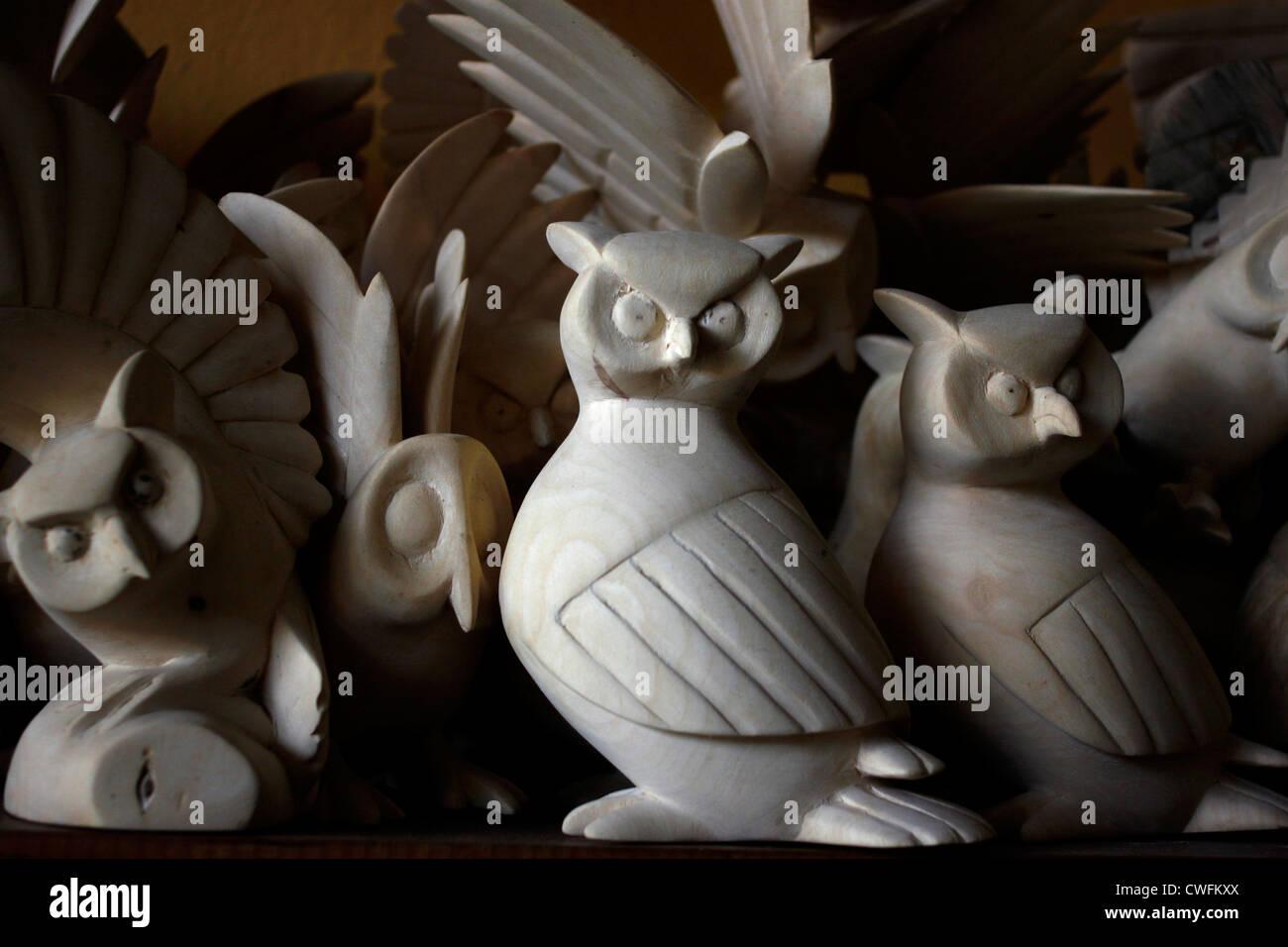Skulpturen von Eulen in einer Bildhauer-Atelier in San Martin Tilcajete, Oaxaca, Mexiko, 13. Juli 2012. Stockbild