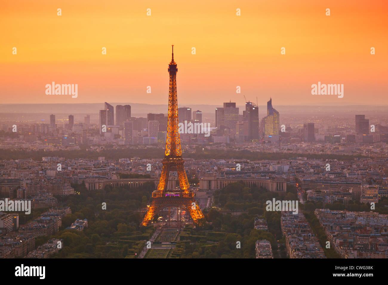 Die Skyline von Paris bei Sonnenuntergang zeigt den Eiffelturm und die umliegenden Gebiete Paris Frankreich EU Europa Stockfoto