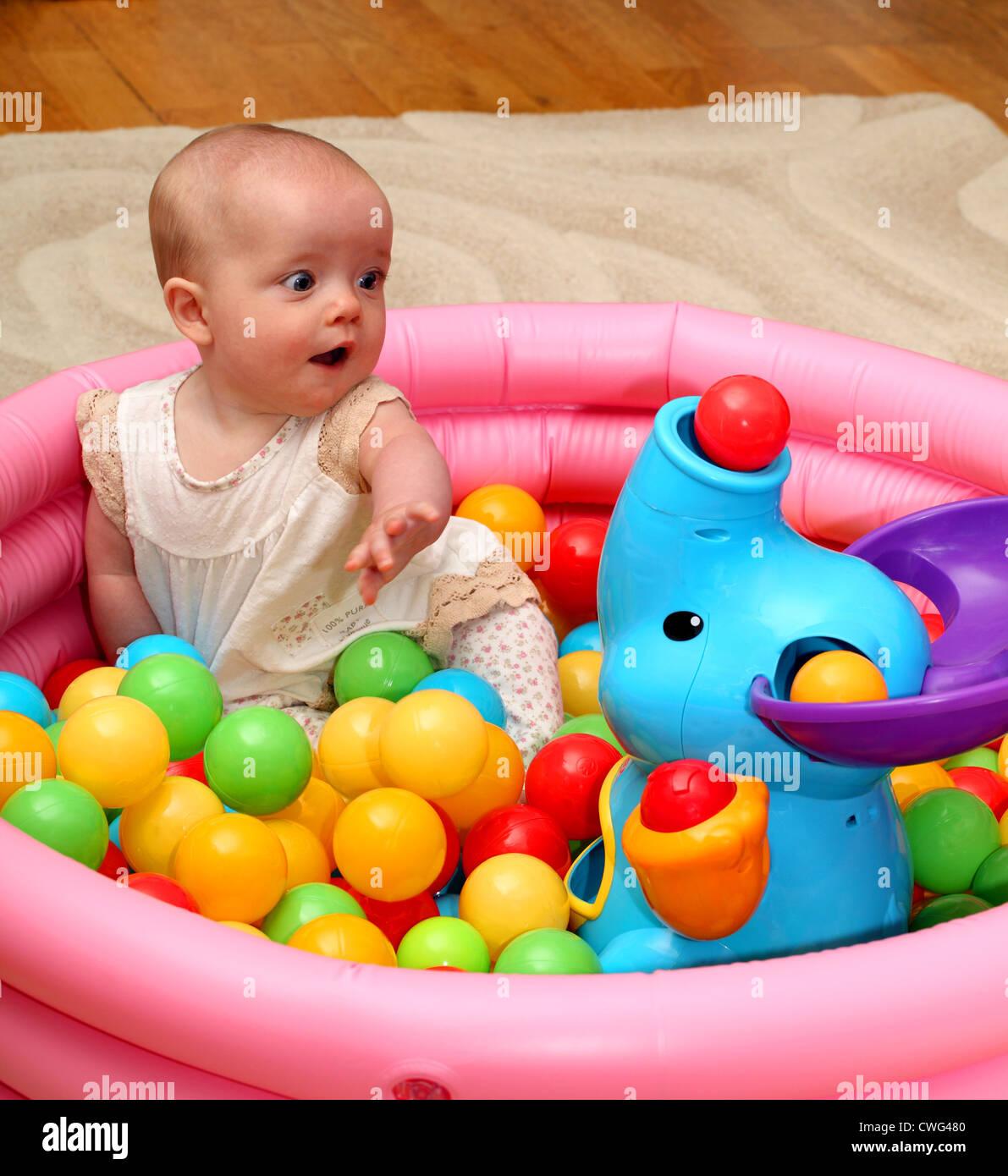 Ein 6 Monate Altes Babymädchen Schaut überrascht Als Eine Kugel Aus