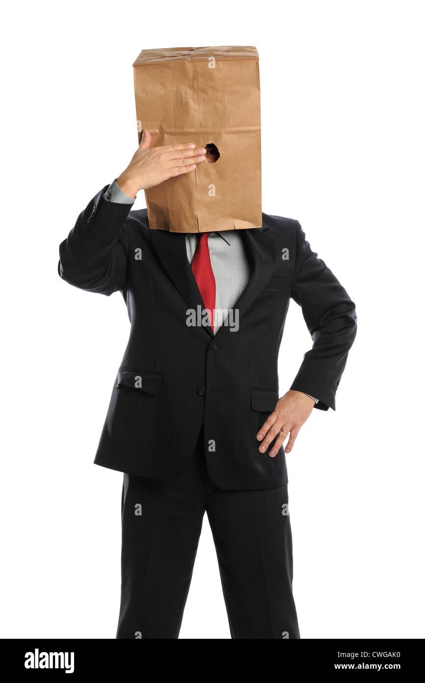 Porträt des Kaufmanns versteckt sich hinter Papiertüte isoliert auf weißem Hintergrund Stockbild