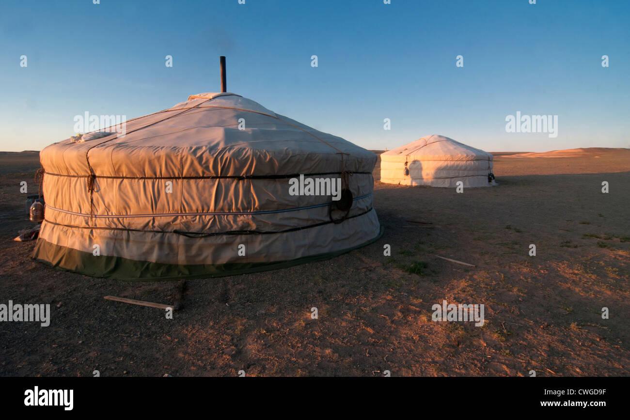 nomadische Gers bei Sonnenaufgang in der Wüste Gobi in der Mongolei Stockbild