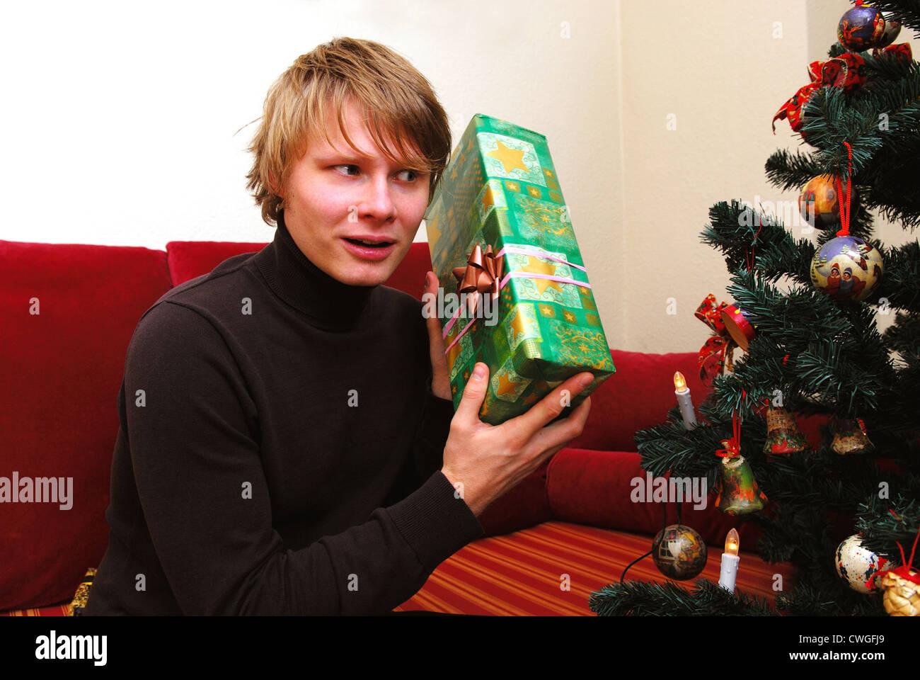 Berlin, ein junger Mann mit Weihnachtsgeschenk Stockfoto, Bild ...