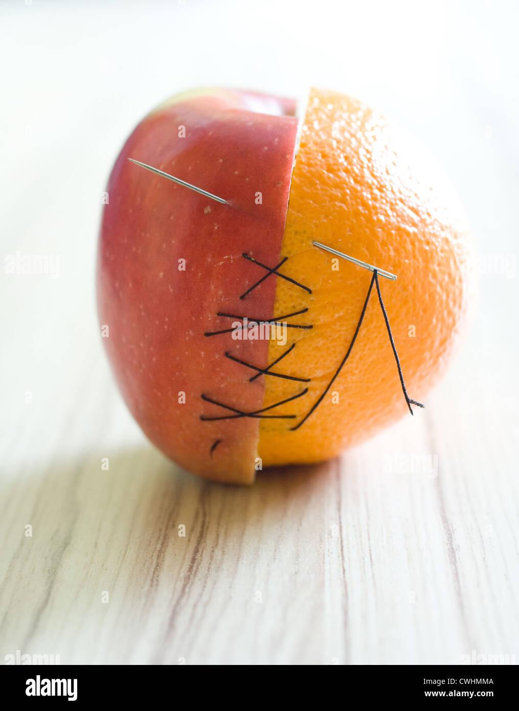 Hälfte, orange Hälfte Apfel Stockbild