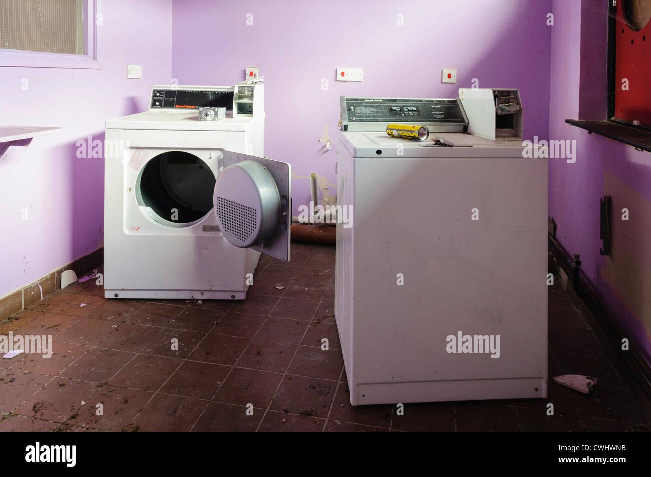 Waschmaschine und trockner in der waschküche eine verlassene b b