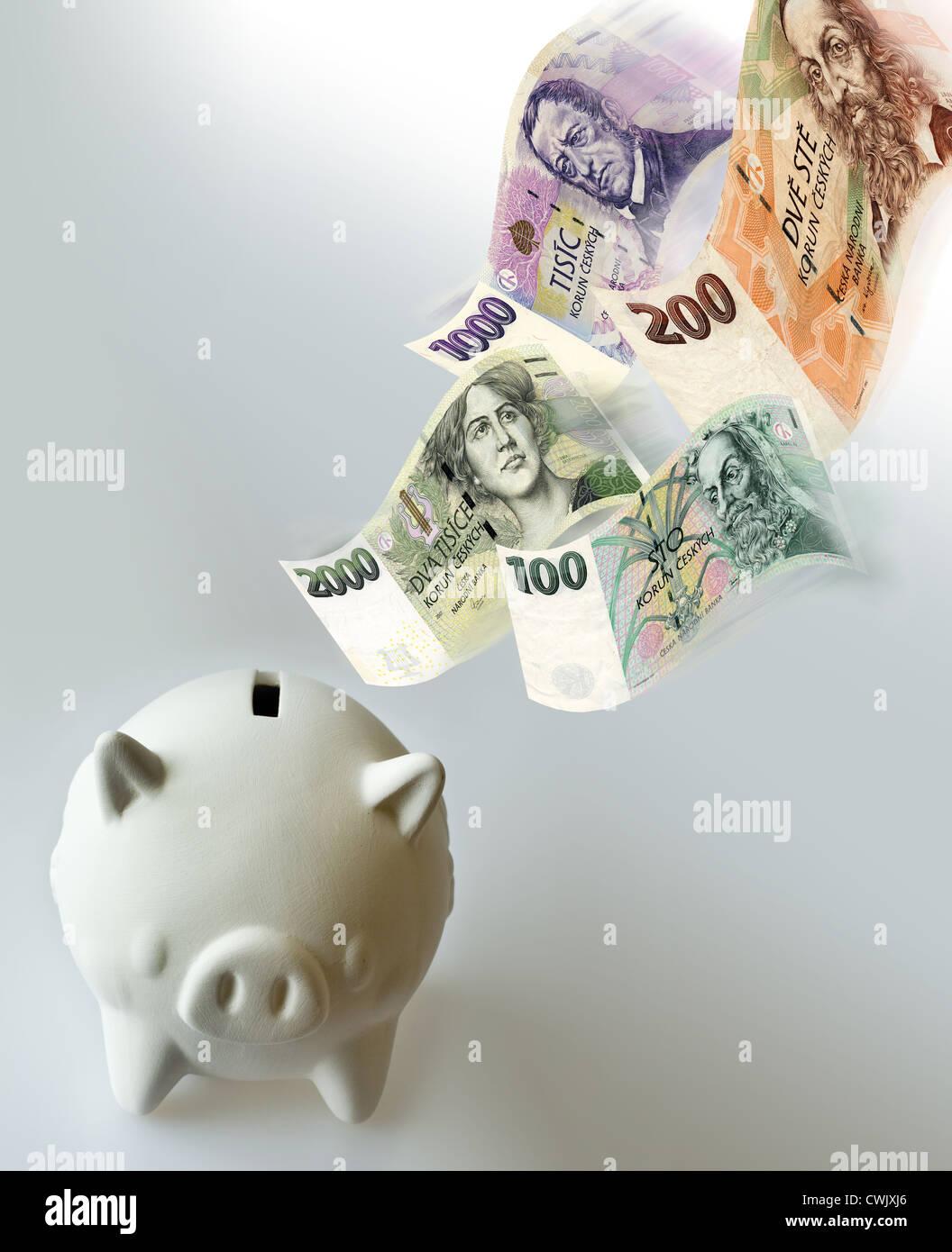 Tschechische Wirtschaft - Sparschwein mit fliegenden Geld sparen Stockbild