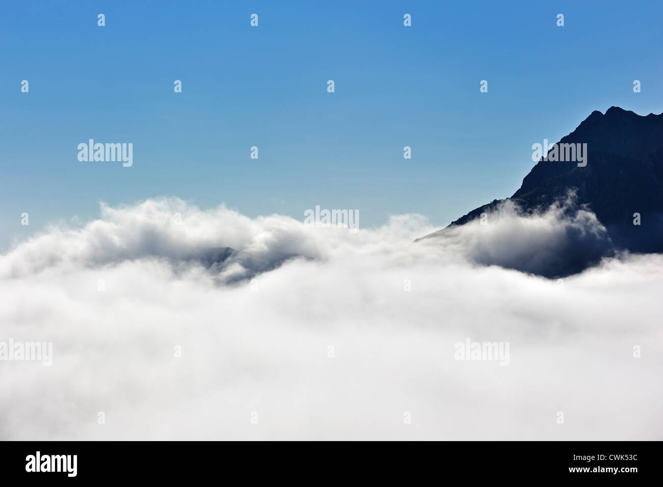 Berggipfel überragt steigenden Wolken in den Pyrenäen, Frankreich Stockbild