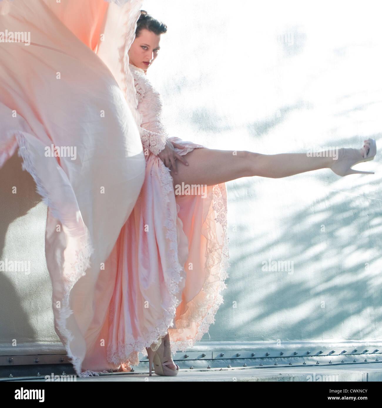schöne sportliche Frau in einem atemberaubenden Kleid Stockbild