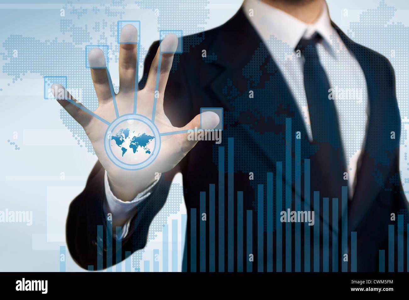 Digitaltechnik für die Business-Anwendung, ein Geschäftsmann, der über einen Touchscreen Finace, Diagramm und Histogramm Stockfoto