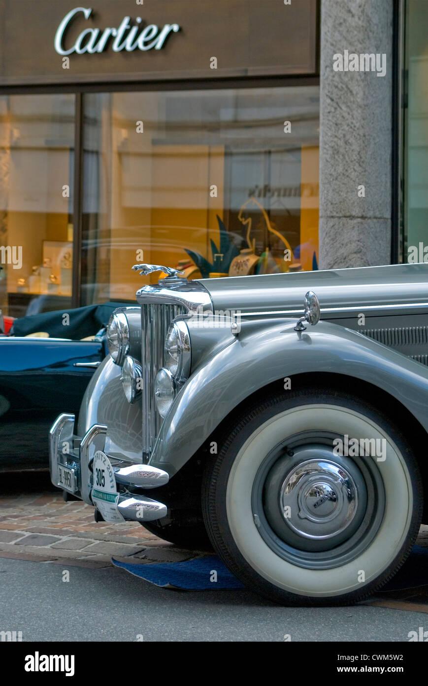 Jaguar Oldtimer vor Cartier-Geschäft bei British Classic Car Meeting 2011, St. Moritz, Schweiz Stockbild