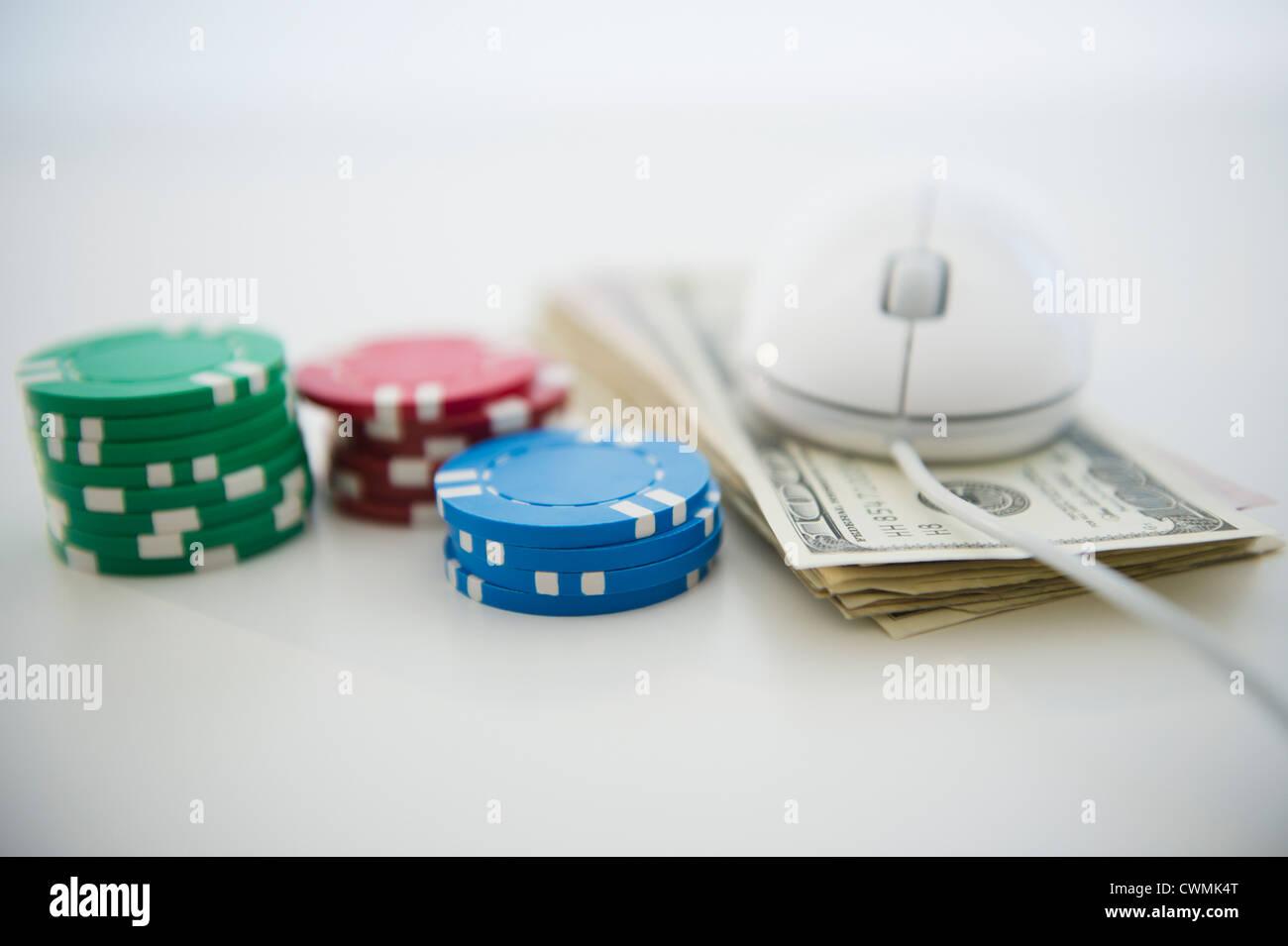 Roulette-Token, Dollarscheine und Computer-Maus Stockbild