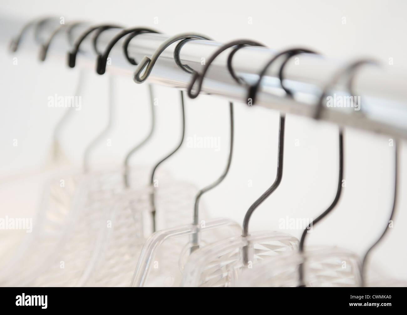 Kleiderbügel auf Kleiderständer Stockbild