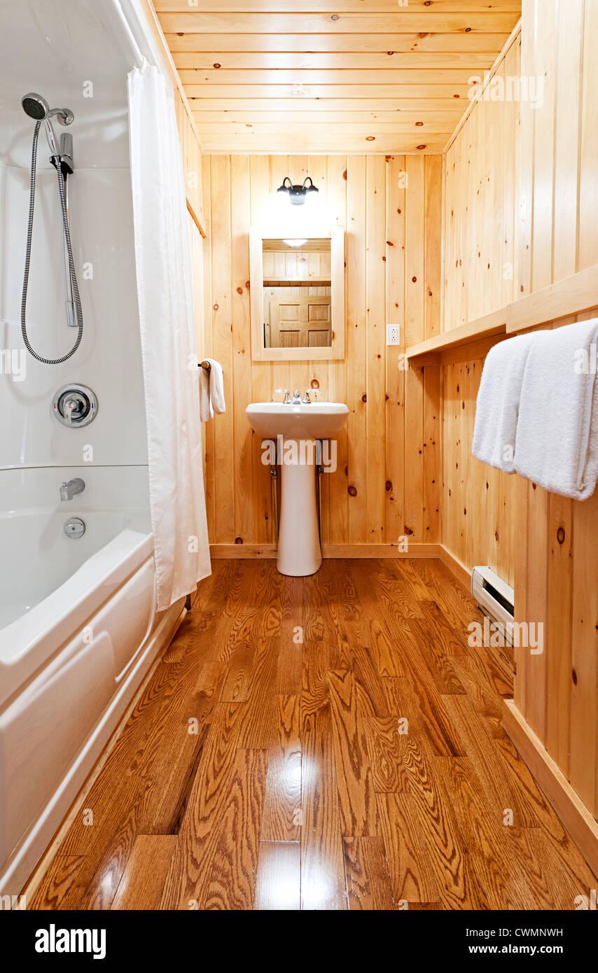 waschraum-interieur mit kiefer holz wand beplankung stockfoto, bild