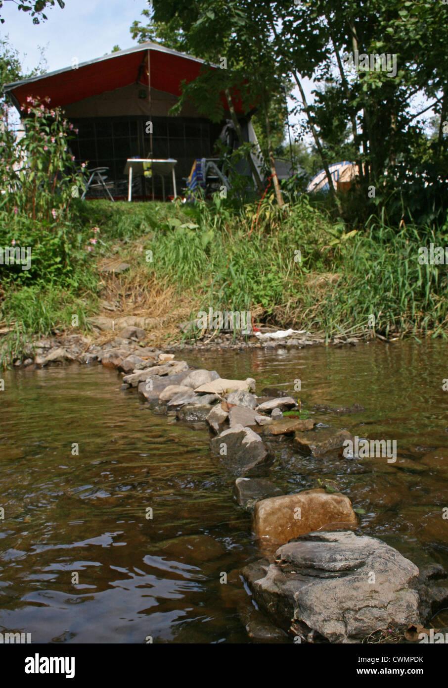 Zelt am Ufer Flusses am Camping Kohnenhof, Fluss, Obereisenbach Stockbild