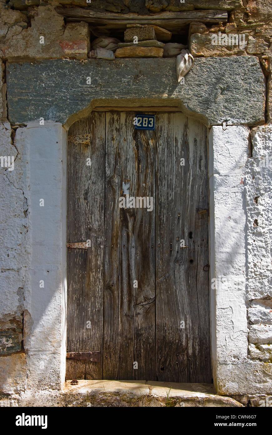 Alte und verwitterte Holztür von einem alten Steinhaus auf Pilion Halbinsel, Thessalien, Griechenland Stockbild