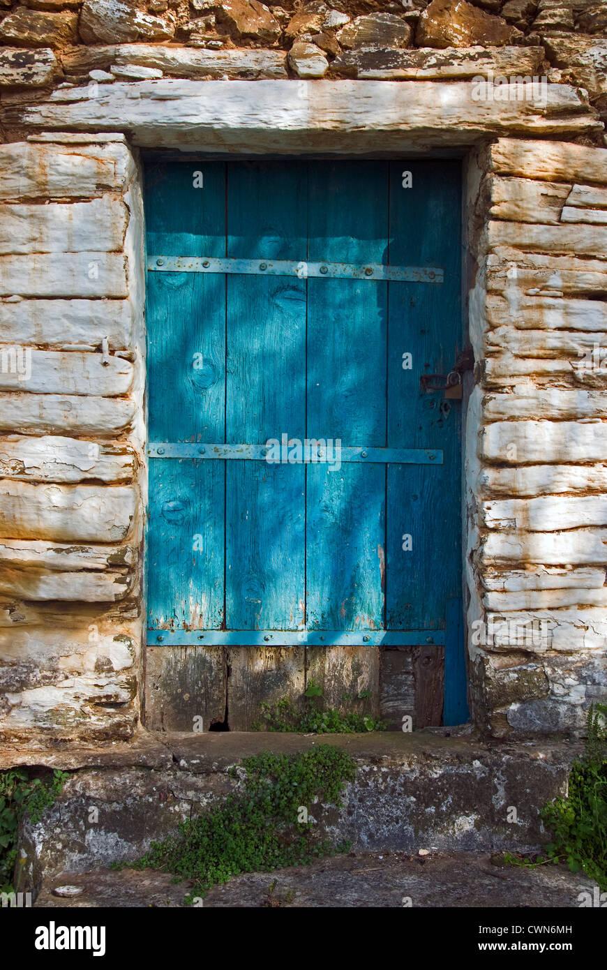 Verwitterte Holztür von einem alten Steinhaus auf Pilion Halbinsel, Thessalien, Griechenland Stockbild