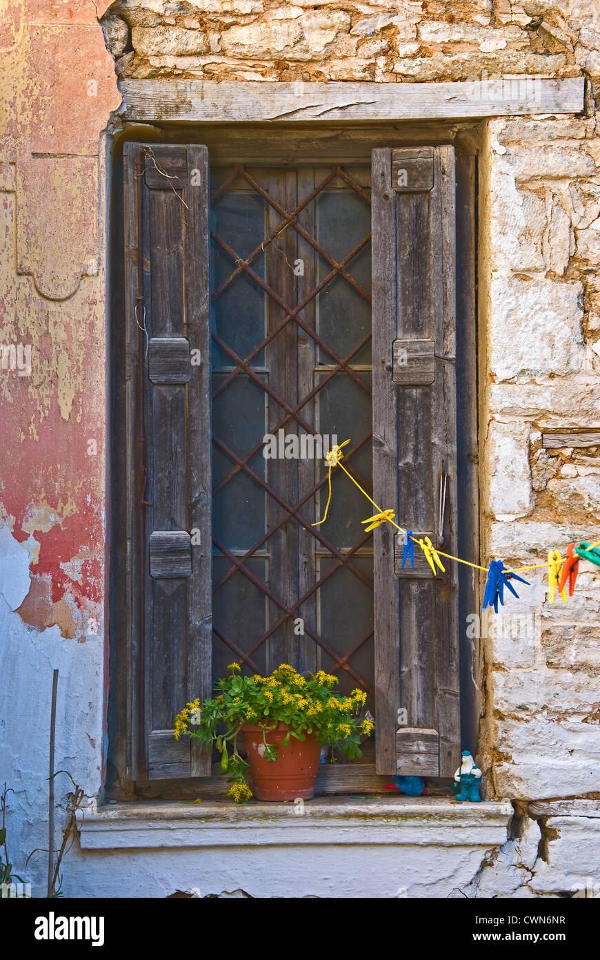 Verwitterte Fenster ein altes Steinhaus auf Pilion Halbinsel, Thessalien, Griechenland Stockbild