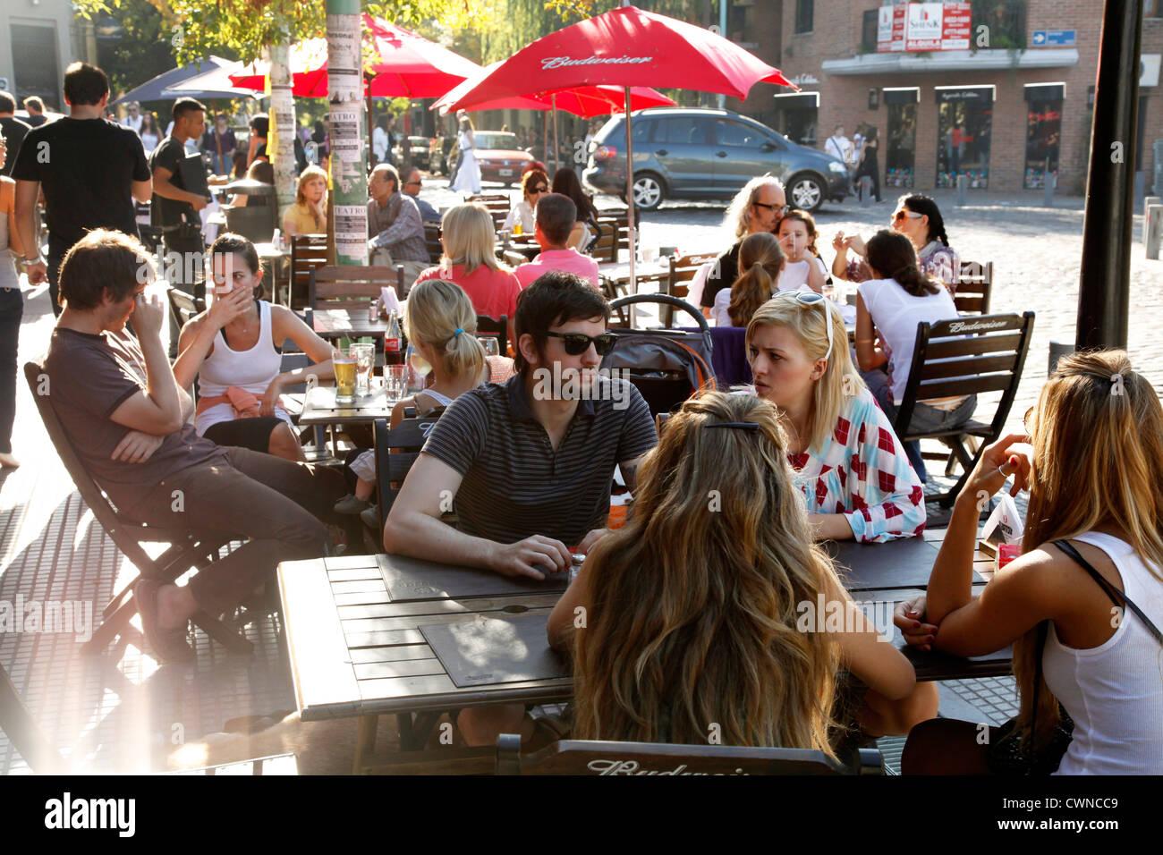 Menschen sitzen in einem Restaurant in der Gegend von Palermo Viejo, Buenos Aires, Argentinien. Stockbild